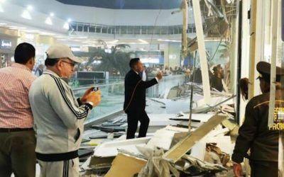 ¡Qué susto! Se cayó una parte del techo de Unicentro