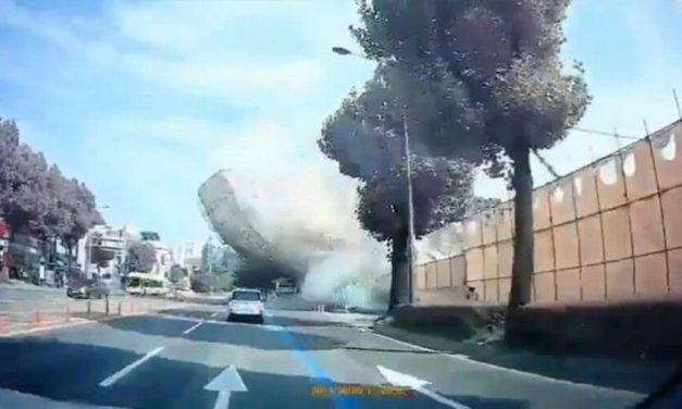 Un edificio cae sobre un autobús matando a 9 personas