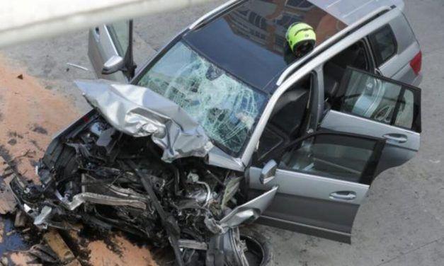 Cae vehículo desde puente